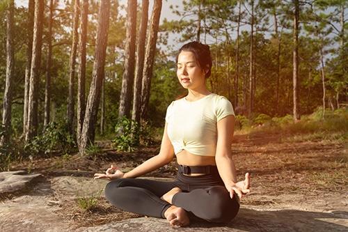 meditierende Frau im Wald